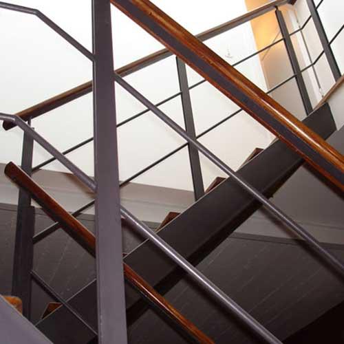Barandas de escaleras de madera barandilla recta mlc for Escalera recta de hierro y madera
