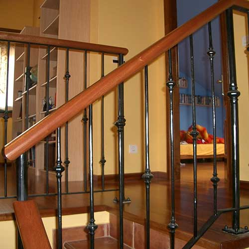 Escaleras de acero inoxidable barandas de hierro y madera for Escalera de jardin de madera